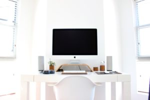 Apply Mac on white desk